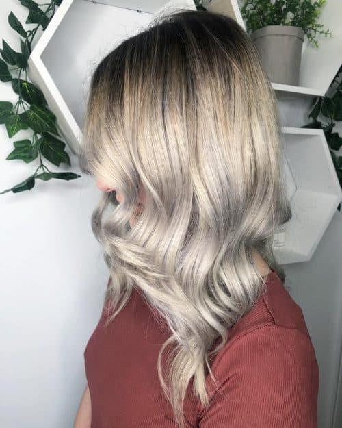 Blond glacé avec racines foncées étirées