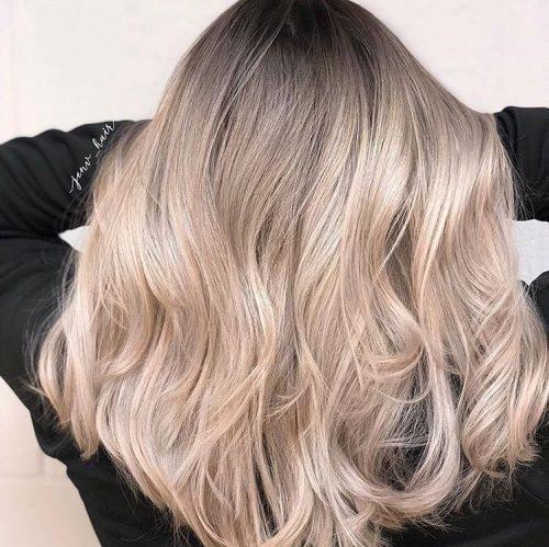 Blond clair avec des racines plus foncées