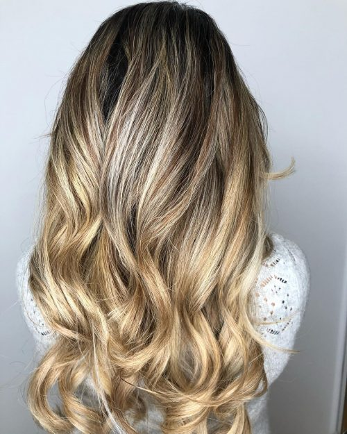 Blond foncé avec racines noires