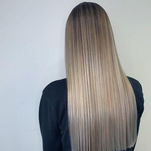 Cheveux blonds aux racines foncées
