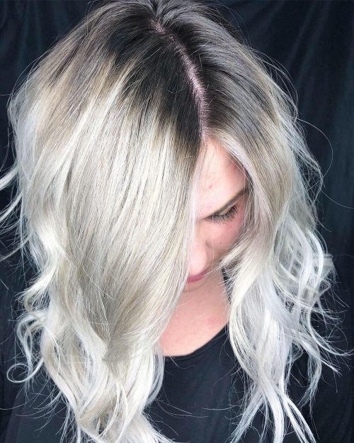 Racines foncées, cheveux blancs et blonds