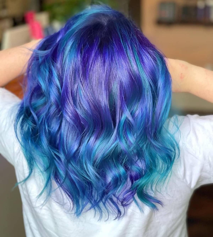 Cheveux arc-en-ciel bleu et sarcelle