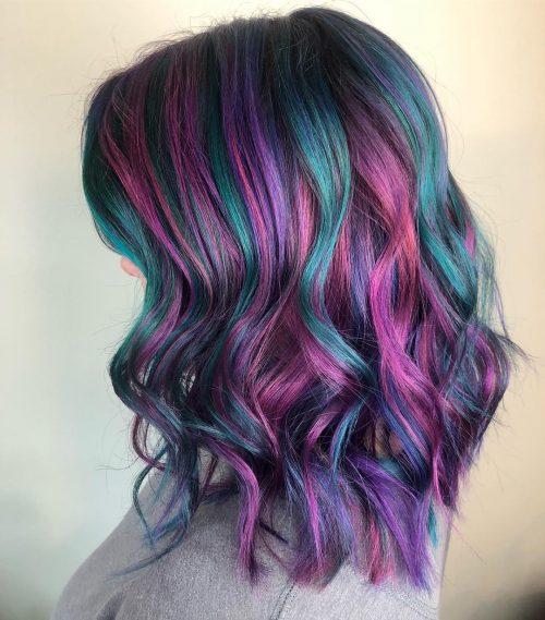 Coloration paon avec des nuances de violet et de bleu sarcelle