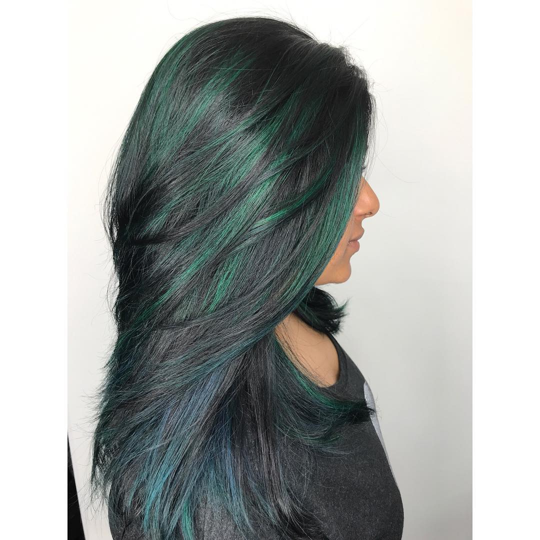 Teal Highlights sur cheveux foncés