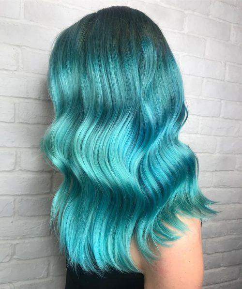 Sarcelle vif sur une coiffure ondulée