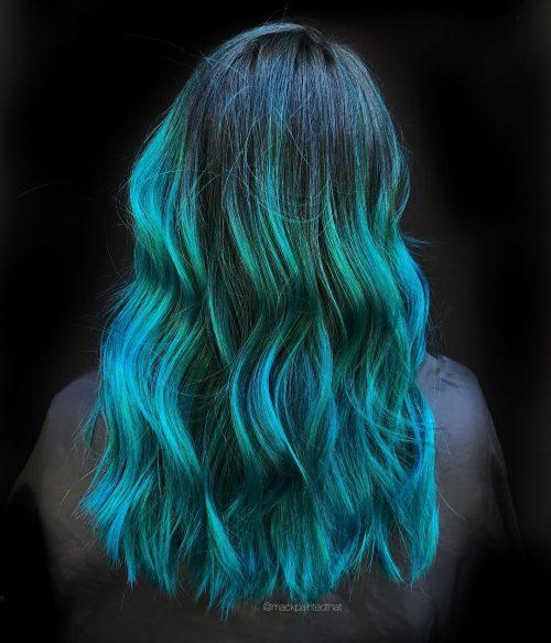 Des touches de vert émeraude sur des cheveux ombrés sarcelle