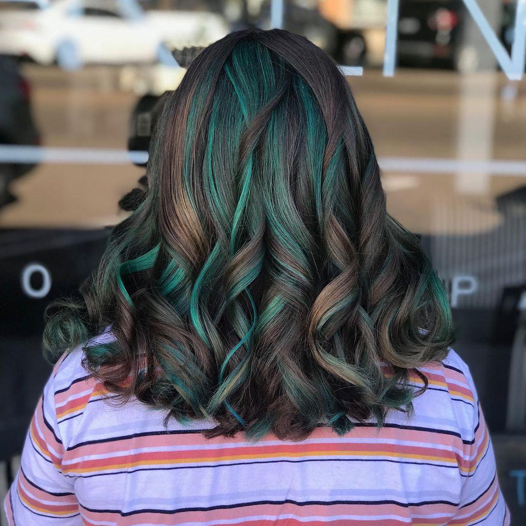Teal Highlights sur cheveux bruns