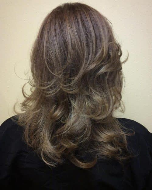 Beaucoup de couches pour ajouter de l'épaisseur à des cheveux plus fins