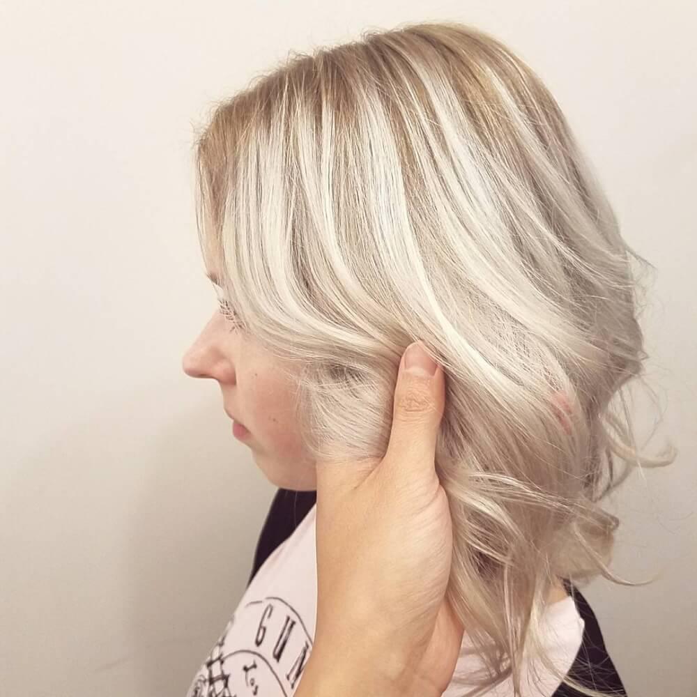 Coiffure blonde givrée pour cheveux clairsemés.