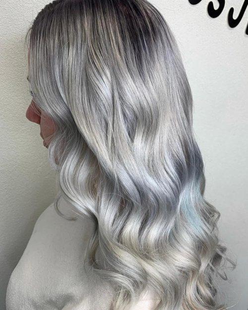 Cheveux argentés pastel