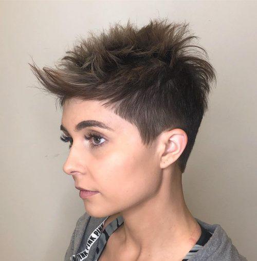 La meilleure coupe de cheveux Pixie avec une frange ondulée