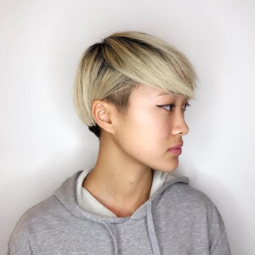 Coupe de cheveux pixie blonde sale avec des couches.