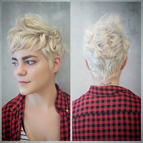 Coupe de cheveux pixie ondulée chic et audacieuse.