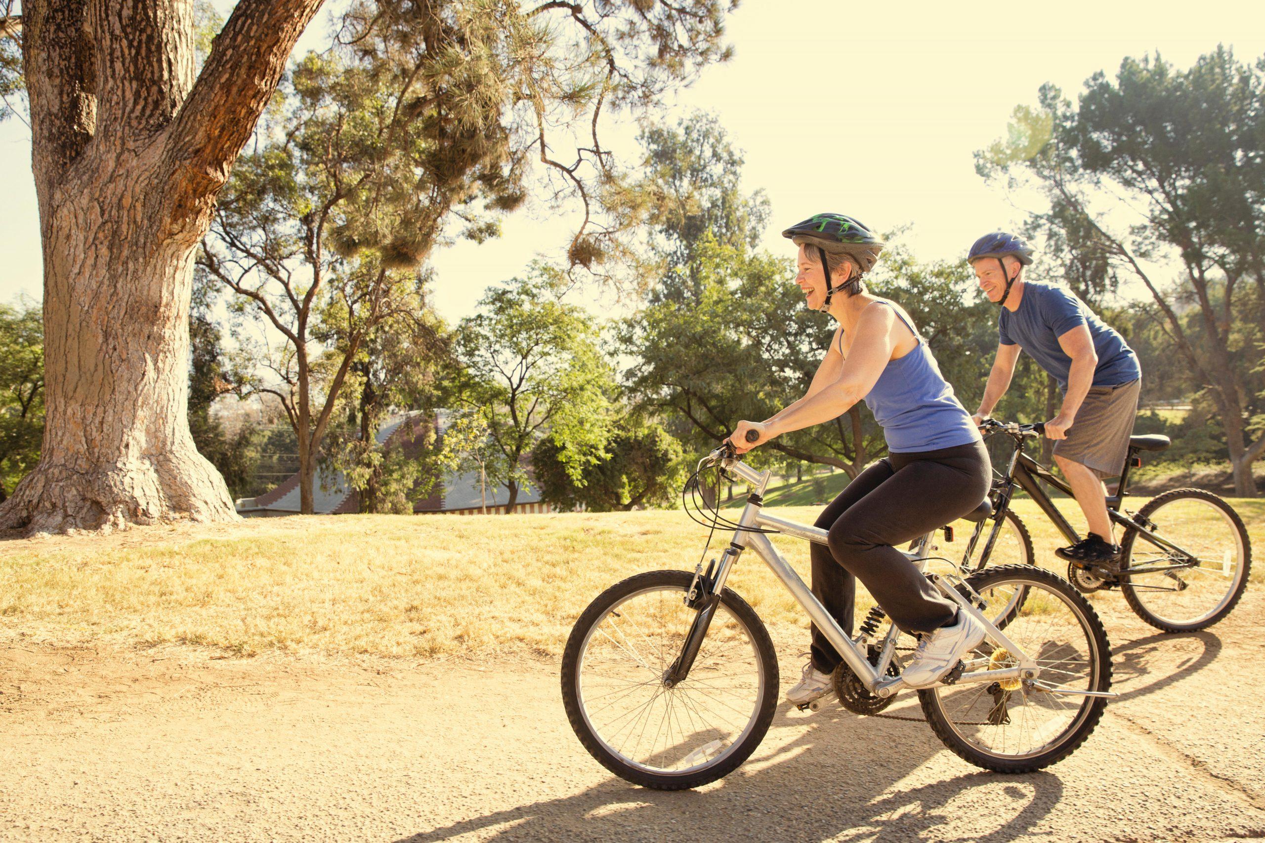 Couple d'âge mûr faisant du vélo dans un parc