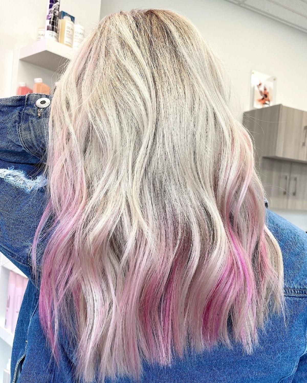 Magenta pâle sur cheveux blonds