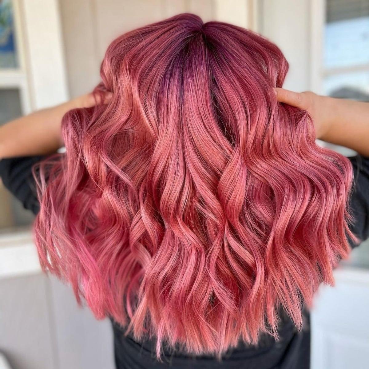 Cheveux magenta et or rose