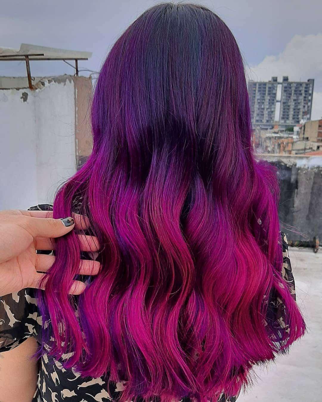 Couleur de cheveux violet foncé et magenta