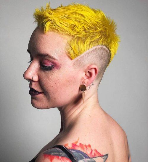Cheveux courts et jaune vif