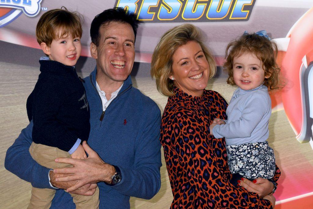 """Anton Du Beke et Hannah Summers, l'épouse d'Anton Du Beke, assistent au """"Paw Patrol"""" projection de gala au Cineworld Leicester Square le 19 janvier 2020 à Londres, Angleterre"""