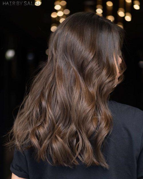 Couleur de cheveux châtain foncé