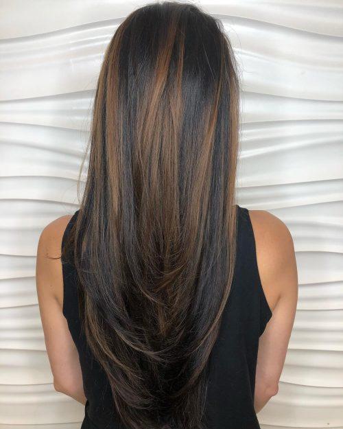 Cheveux foncés avec des mèches châtain clair