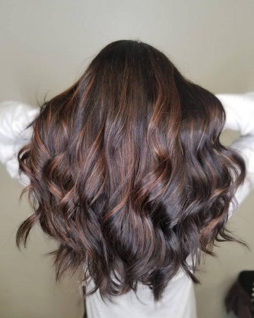 Cheveux châtains avec mèches