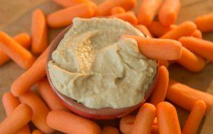 Hummous et carottes comme en-cas hypocaloriques