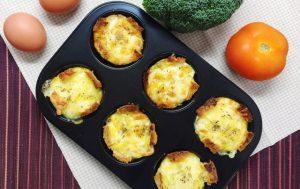 Un plateau de muffins aux œufs
