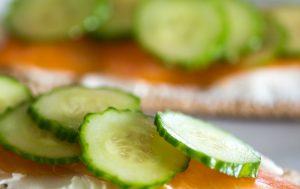 Tranches de concombre sur le saumon
