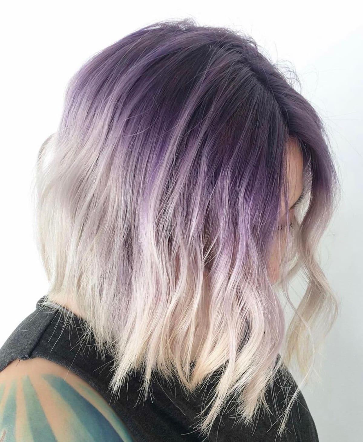 Racines de prunes sur cheveux blonds