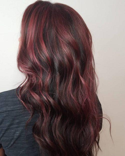 Cheveux bruns foncés avec des reflets prune acajou