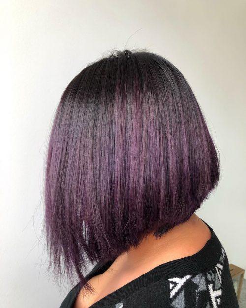 Couleur prune violette sur cheveux courts
