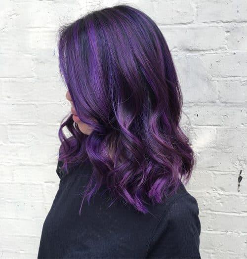 Prune violette foncée sur un carré mi-long.