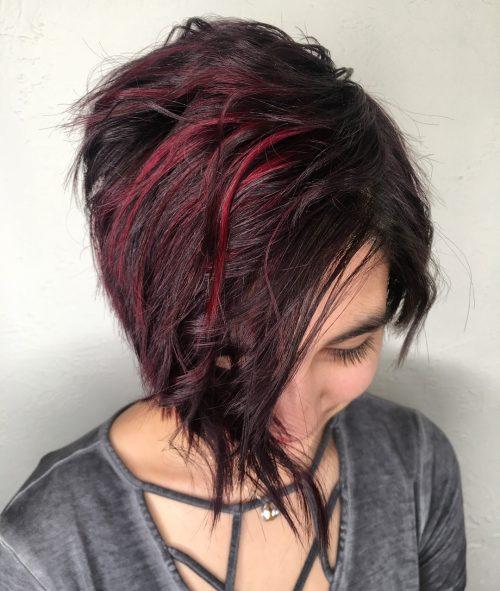 Mèches de cheveux prunes lumineuses sur racines foncées