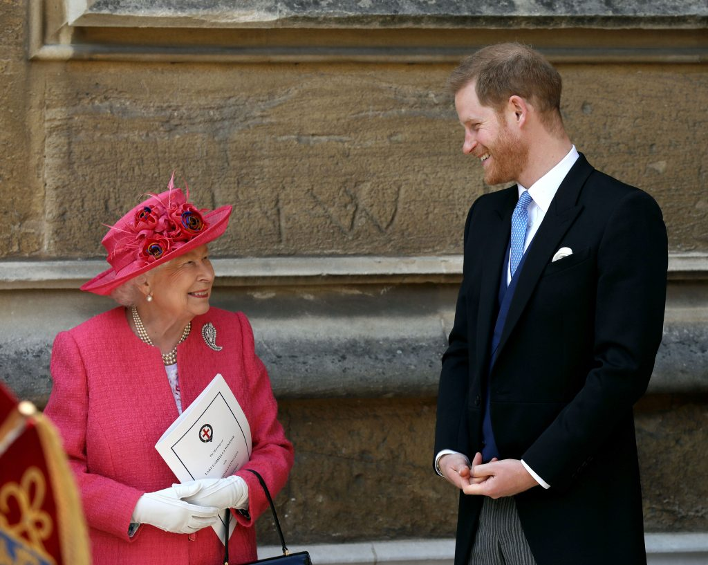 La reine Elizabeth II parle avec le prince Harry, duc de Sussex, alors qu'ils partent après le mariage de Lady Gabriella Windsor à Thomas Kingston à la chapelle Saint-Georges, au château de Windsor, le 18 mai 2019 à Windsor.