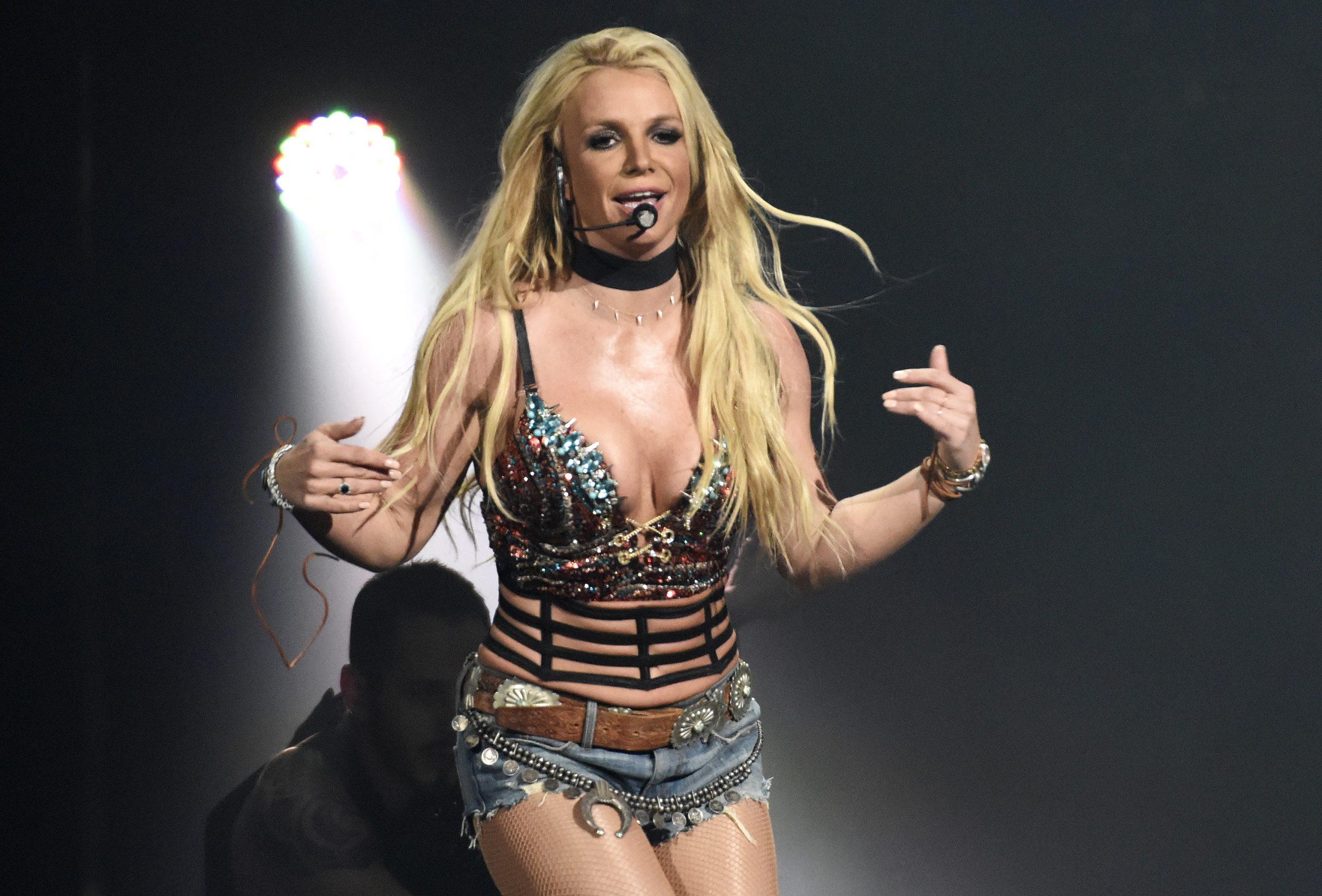 Britney Spears se produisant sur scène en 2016