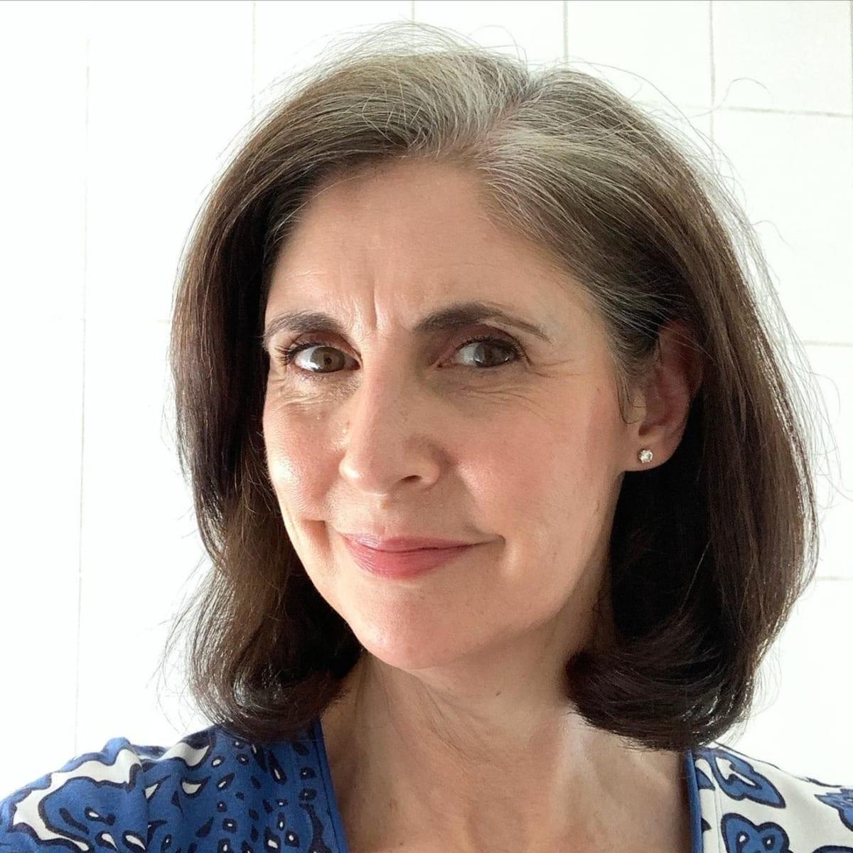 Le carré long pour une femme de plus de 50 ans au visage rond.