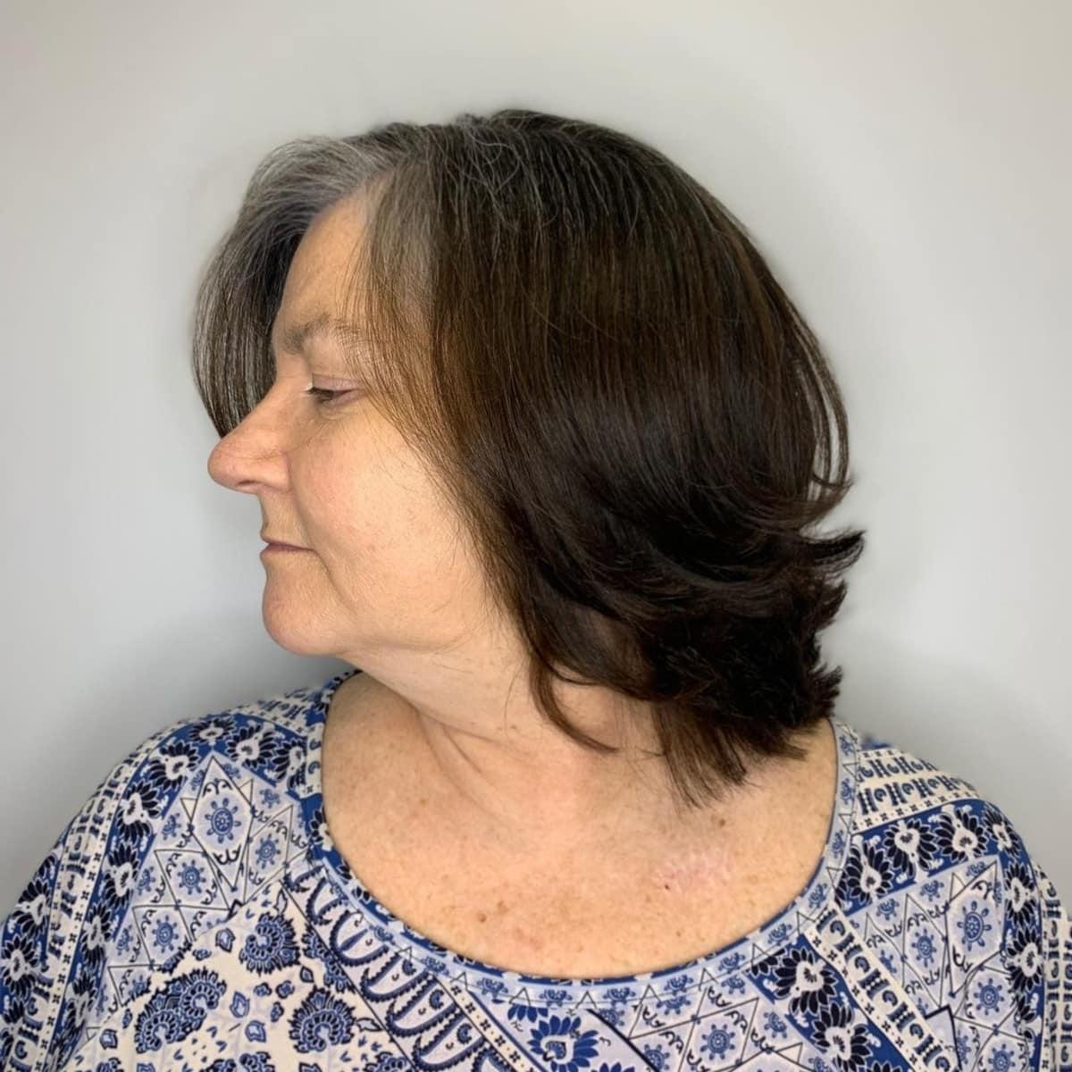 Coupe courte à moyenne pour une femme de plus de cinquante ans aux cheveux fins.