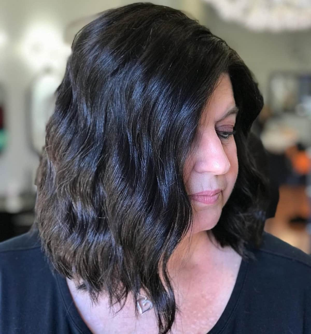 Le mid stacked bob pour les femmes de plus de 50 ans aux cheveux ondulés.