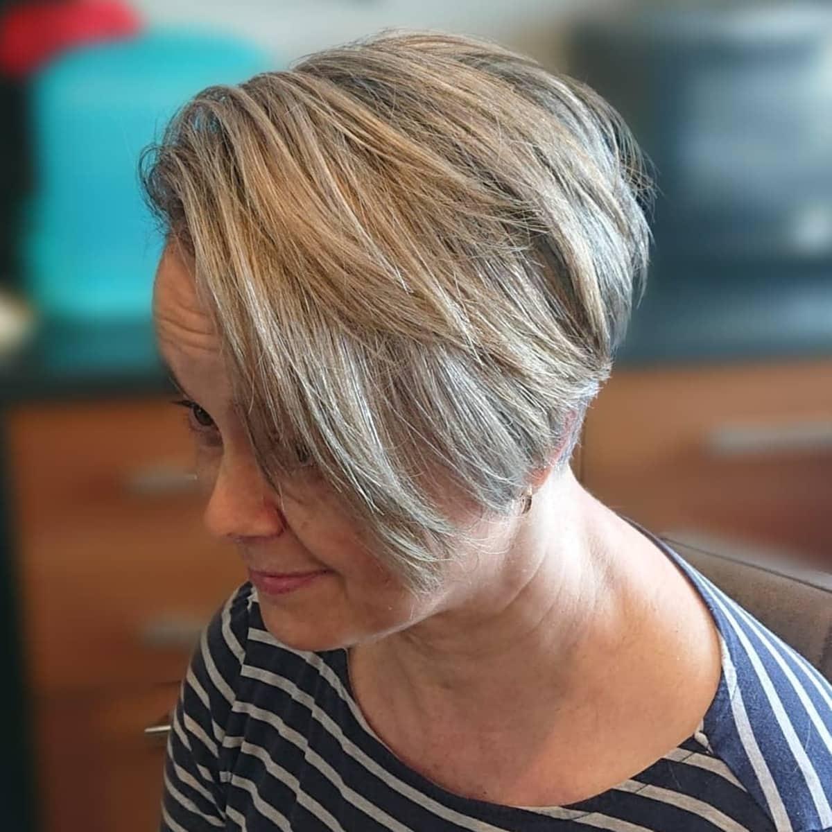 Coupe pixie longue Wash-and-go pour les femmes de plus de 50 ans aux visages ronds.
