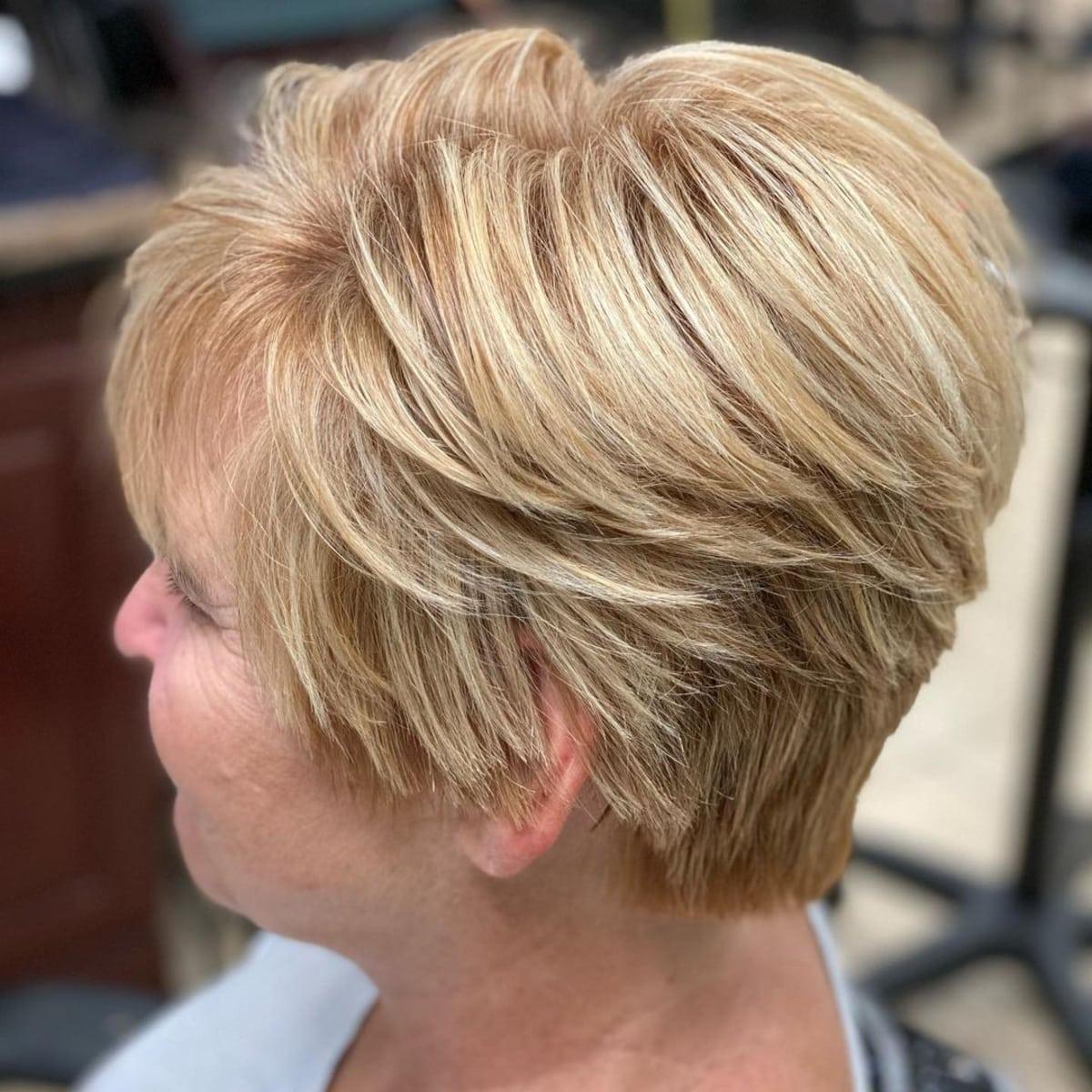 Coupe courte dégradée pour les femmes de plus de 50 ans aux cheveux fins.