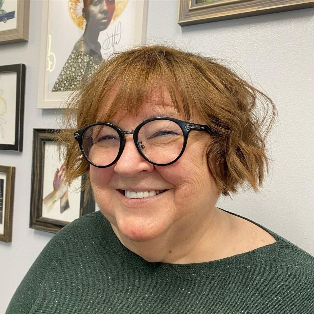 Coupe de cheveux courte flatteuse pour les femmes de plus de 50 ans avec un visage rond.