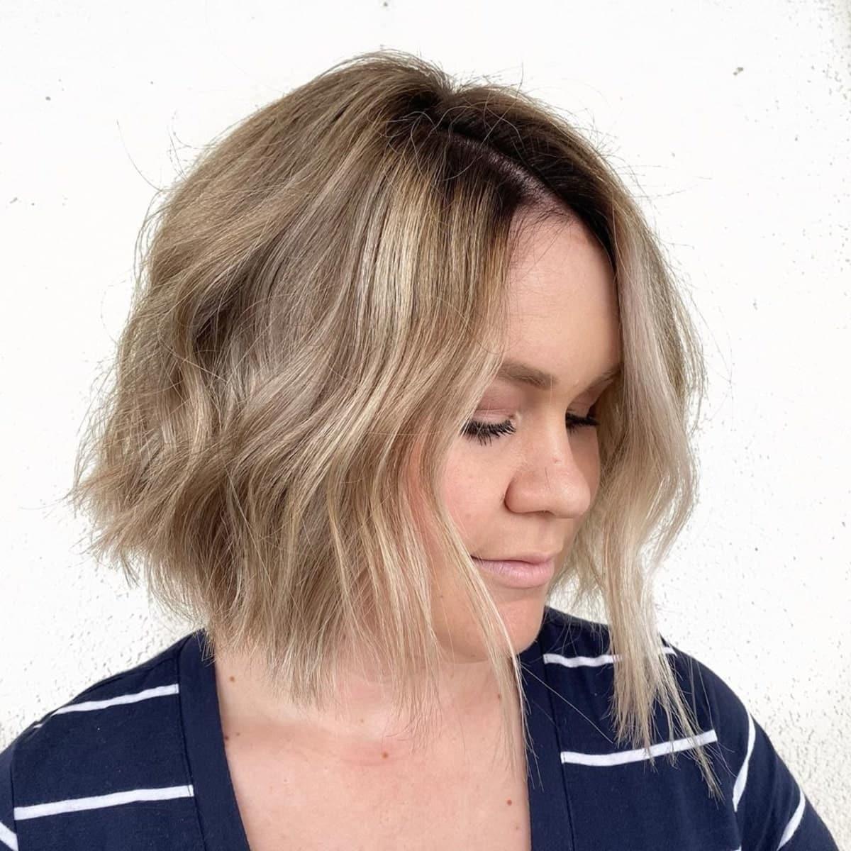 Cheveux courts blond clair sable