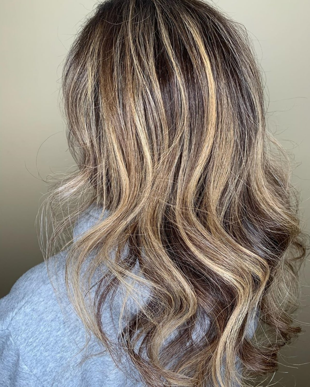 Mèches blondes Sandy White sur cheveux bruns