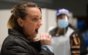 Femme effectuant un test de flux latéral sur le site de test
