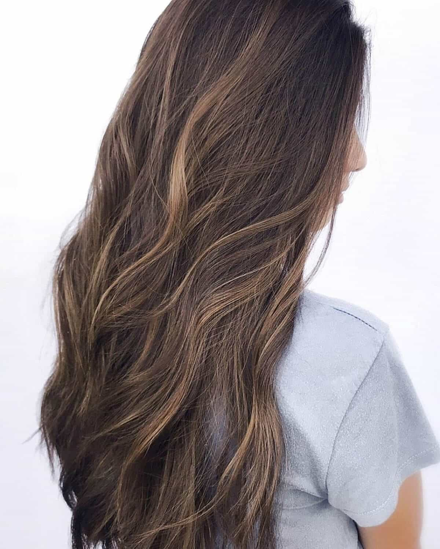 mèches sableuses brun miel sur cheveux bouclés