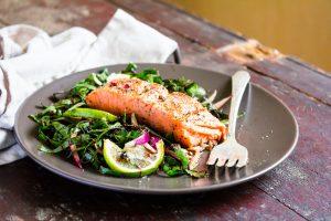 Du saumon et des légumes verts à feuilles dans une assiette