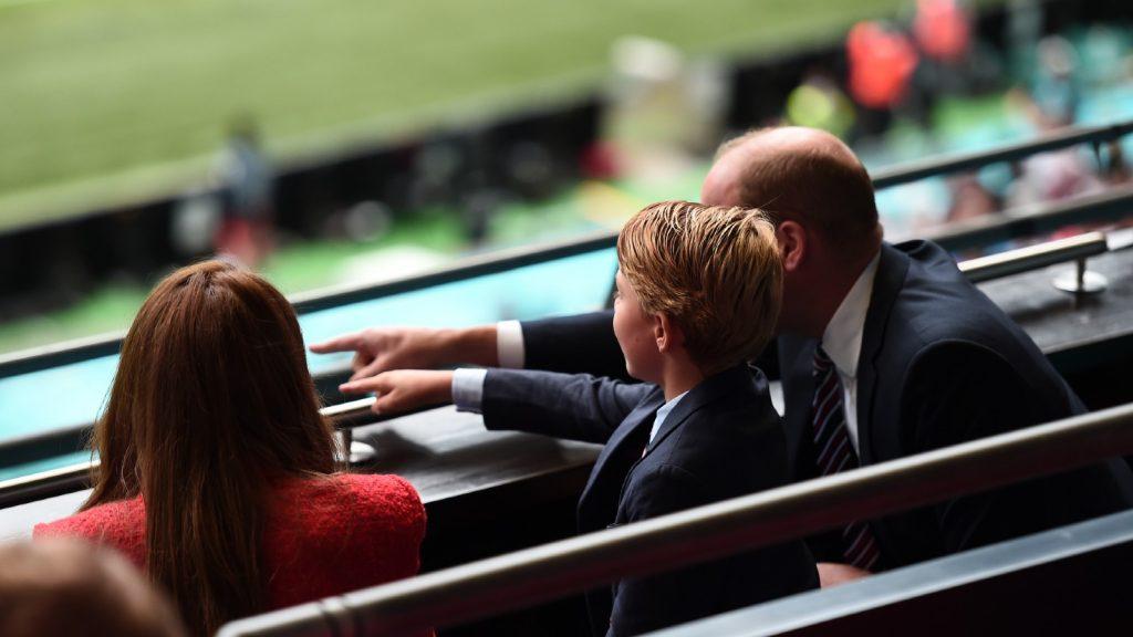 : Le prince William, président de la Football Association, ainsi que Catherine, duchesse de Cambridge, et le prince George pendant le match de huitième de finale du championnat de l'UEFA Euro 2020 entre l'Angleterre et l'Allemagne au stade de Wembley, le 29 juin 2021 à Londres, en Angleterre.