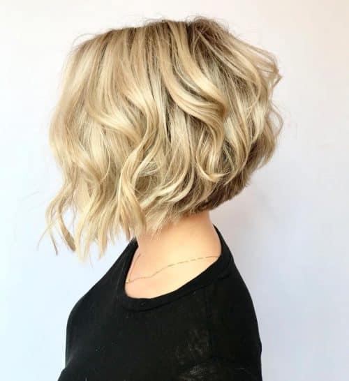 Une coupe de cheveux courte, ondulée et angulaire.