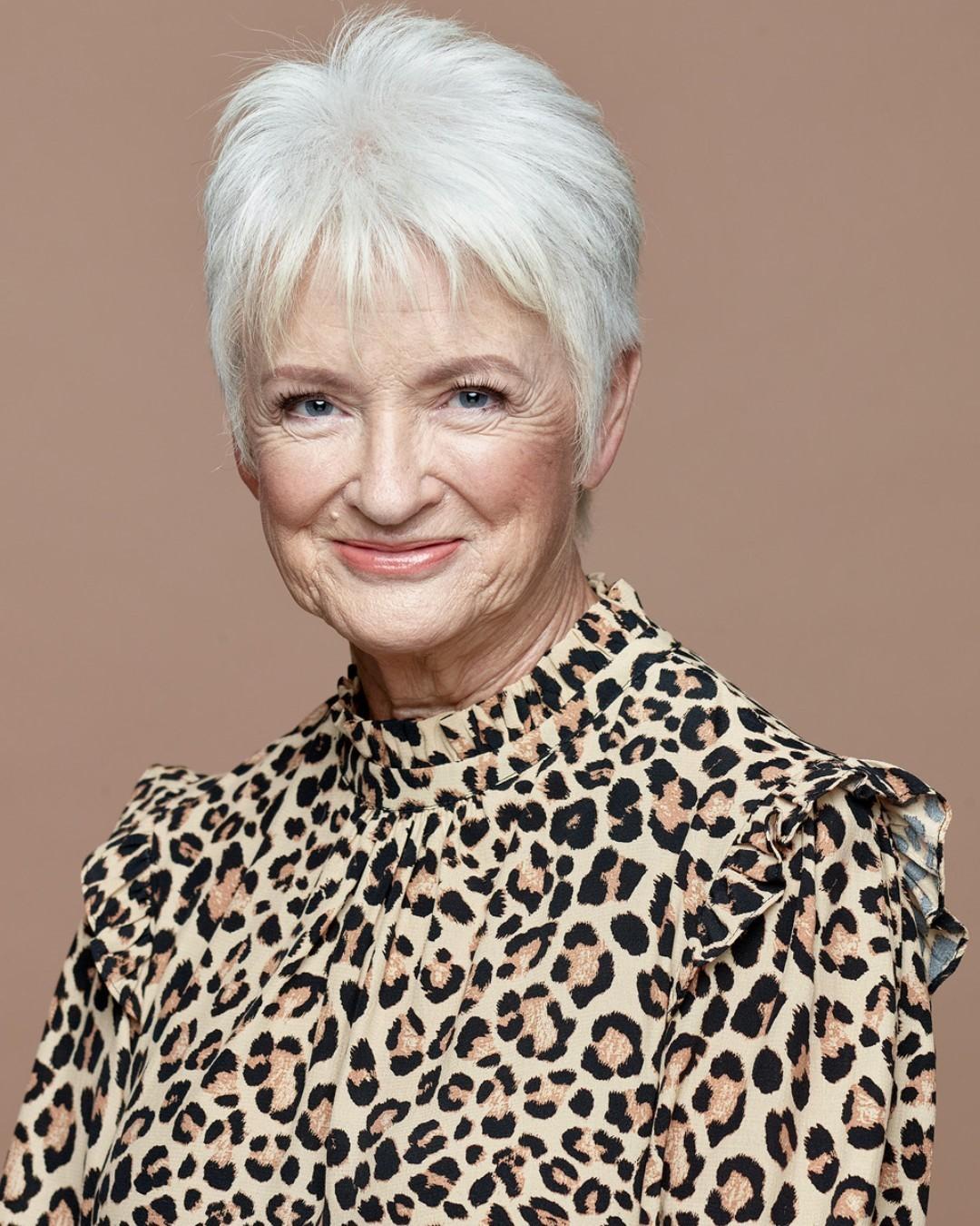 Coupe courte pixie blanche pour les femmes de plus de soixante-dix ans.